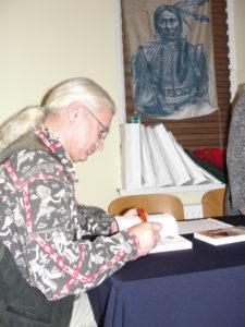 Książkowe nagrody podpisuje autor - Jarosław Wojtczak